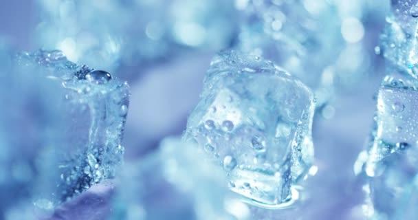 Nahaufnahme von Eiswürfeln mit klarem Blaulicht und Wassertropfen