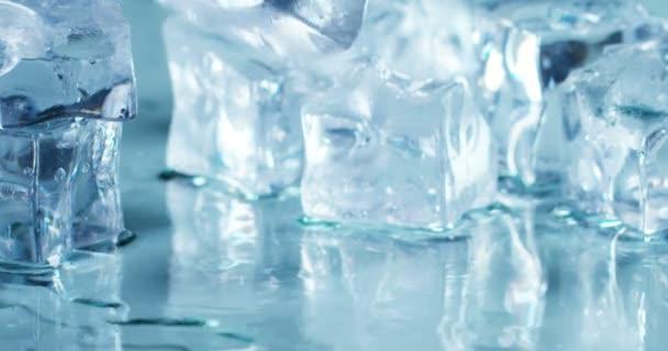 Nahaufnahme von schmelzenden Eiswürfeln, fallenden Würfeln auf nasser Oberfläche