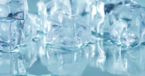 Zavřete video z kostek ledu tání, Zpomalený pohyb na posuvné kostky
