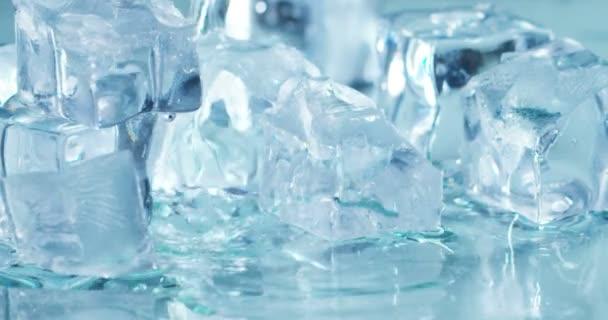 Nahaufnahme von Eiswürfeln, die im Wasserfluss schmelzen