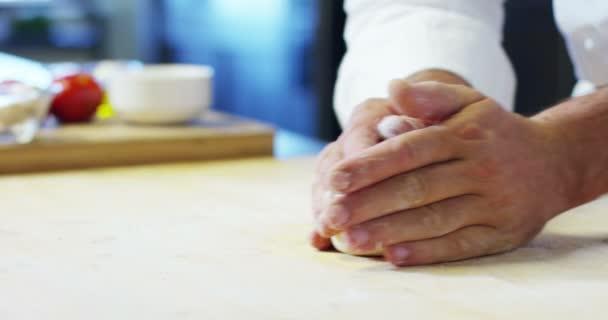 Detailní záběr Baker hnětení s rukama k přípravě chleba do trouby. Koncept: řemeslník, baker, suroviny, láska k jídlo a tradice