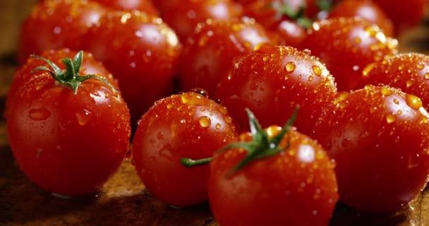 Video von frisch nass gewaschenen roten Tomaten auf hölzerner Oberfläche