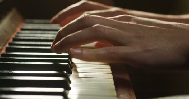 személy játszik a zongora, slow motion videót közelről