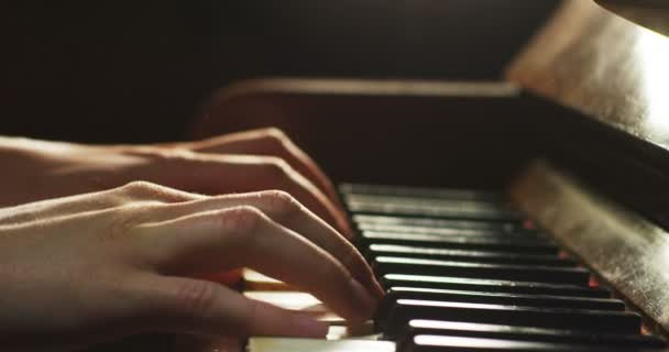 személy játszik a zongora, slow motion videót