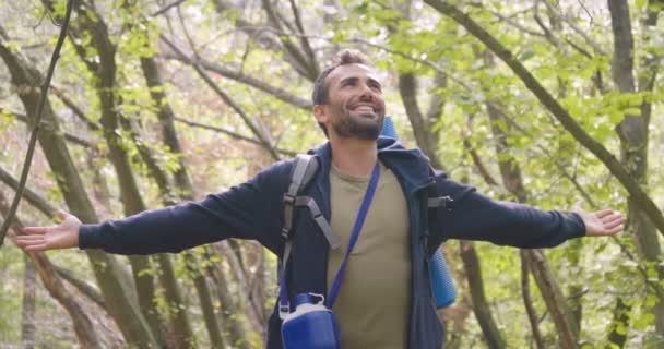 zpomalené video turista cestující člověka v lese s šíří ruce