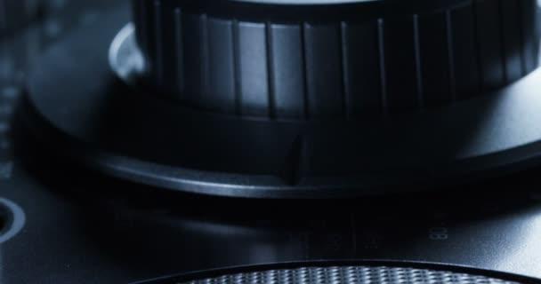 Dohoda makro nebo zavřít stereo s elegantním designem a s reproduktory a subwooferem pro optimální zvuk upravit hlasitost hudby a ekvalizér. pojetí hudby, zvukař, strana