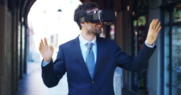 Zeitlupe Video von Geschäftsmann trägt vr Google Headset, während im Freien auf der Straße stehen