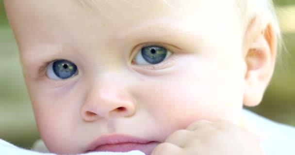Nejlepší okamžiky ze života, milující šťastné mladé matky objímá své dítě. koncept z lásky, rodiny a štěstí koncept: děti, děti, dítě, děti
