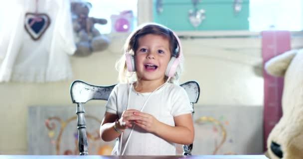 Rozkošná holčička v její ložnici zpívat a otevřenou náručí. Koncept malé děti štěstí a dětství