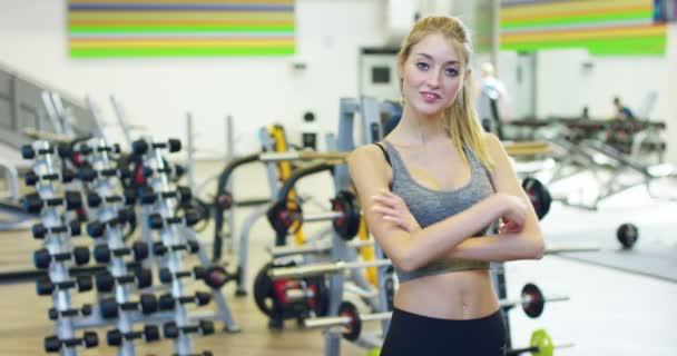Krásná mladá dívka v tělocvičně cvíčení na dřepu s činka, zlepšení svaly hýždí a nohou koncept láska sportovní navštěvovat posilovnu správné výživy štíhlé tělo se zdravou
