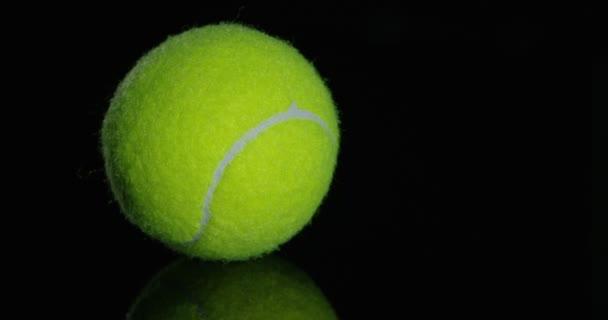 točí videa zelené tenisové míčky na černém pozadí studio zastřelil