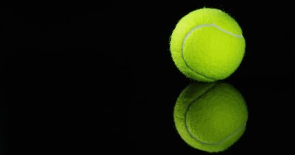 točí videa zelené kulaté tenisové míčky na černém pozadí studio zastřelil