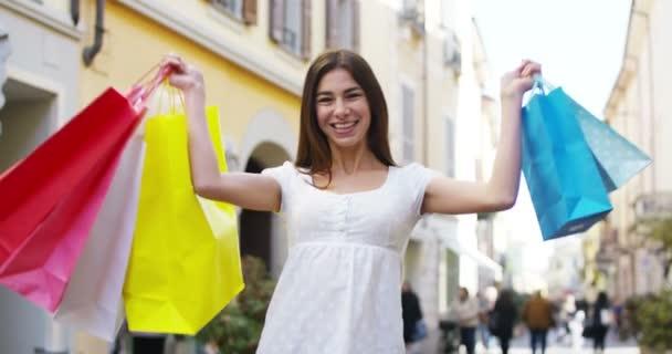 video z úsměvem nakupující žena účetní barevné nákupní tašky