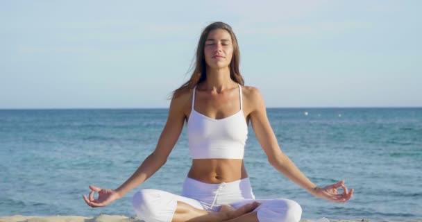 Video einer Frau beim Yoga im Freien in Lotus-Pose