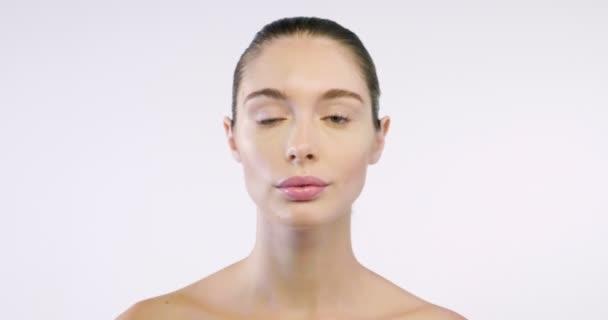 mladá dívka s kůží a dokonalé rysy ukazuje čistou a hydratovanou kůži. koncept krémy krásy a proti stárnutí, čistotu a krémy na ošetření vrásek