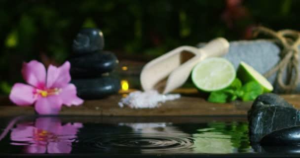 krásná voda a svíčky spa a wellness složení střílet v extrémních pomalé motion.concept relax a meditation.water