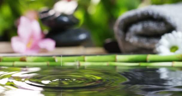 gyönyörű víz és gyertyák gyógy- és wellness összetétele lő-ban extrém lassú motion.concept a kikapcsolódásra és a meditation.water