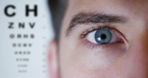 Člověk dělá oční vyšetření zda se bude klást brýle a kolik dioptrií chybí pro dokonalý pohled v jeho očích. Brýle koncepce, pohled, oční vyšetření