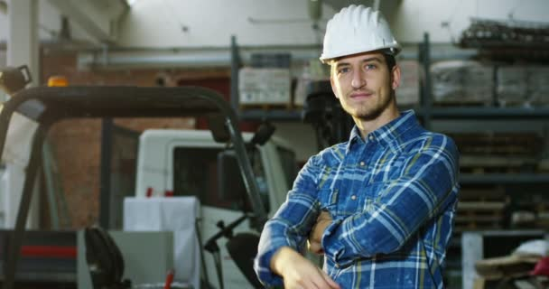 na staveništi pracovník nebo inženýr nebo architekt kontroluje návrh a výstavbu budovy s vysokou energetickou úsporou. Koncepce: stavebnictví, dělník, inženýrství, konstrukce.