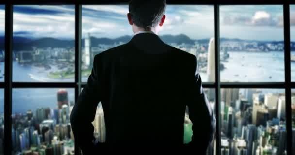Obchodní muž v horní části budovy odpověď na telefonu mladý obchodník na typu a zprávy telefon nebo mobilní telefon SMS a psaní. pojetí světa připojení, připojení