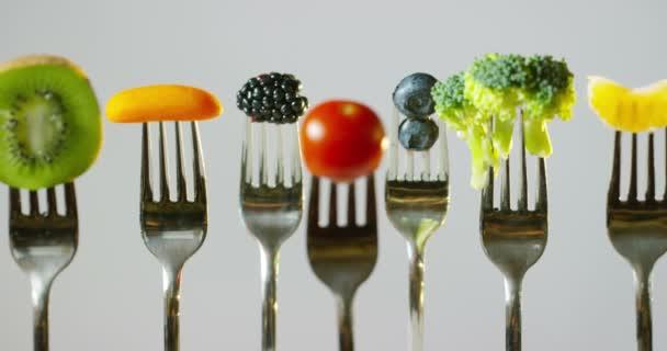a vegetáriánus étrend alacsony kalóriatartalmú, friss és színes gyümölcsök és zöldségek általában jelen. Egy tipikus étrend: paradicsom, lazac, karfiol, káposzta, áfonya, málna, kivi uborka és gyömbér