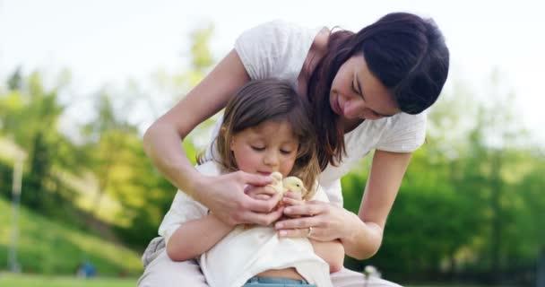 Nejlepší okamžiky života, Mladá krásná matka bavit v parku spolu s okouzlující dcera, holka na rukou, v pozadí zelené trávy, koncept: děti, mateřskou lásku, ekologie