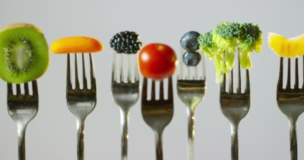 ovoce a zelenina jsou obvykle obsažena ve vegetariánské stravě nízkokalorická, svěží a pestré. Typická strava: rajčata, losos, květák, zelí, borůvky, maliny, kiwi okurka a zázvor