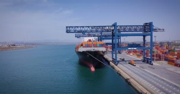 Légifelvételek egy ipari kikötő, ahol a teherszállítás terhelések végzik, a nemzeti és nemzetközi szállítás, tenger, vagy óceán teherszállító hajók. Fogalma: szállítás, a hajók, a kereskedelmi.