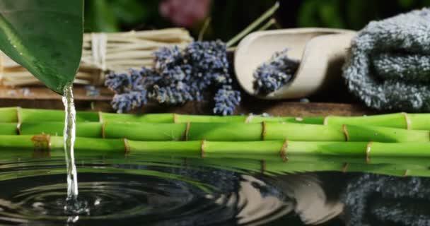 schöne Wasser und Kerzen Spa und Wellness-Komposition schießen in extremer Zeitlupe. Konzept der Entspannung und Meditation.Wasser