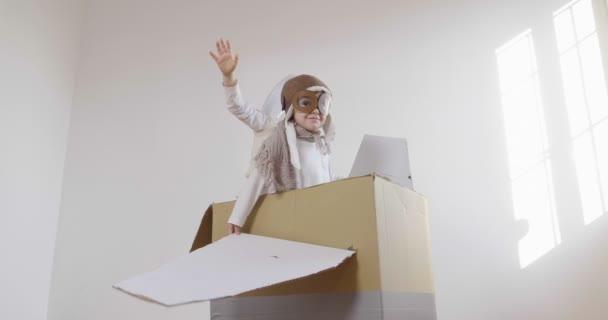 video z rozkošné děti oblečené jako piloti v rovině ruční lepenkové krabice