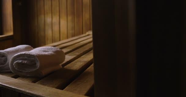 Lage einer Bergholzsauna mit großem Fenster zum Entspannen. Konzept von: Innenarchitektur, Entspannung, Sauna, Wellness