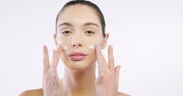 Detailní záběr na tvář krásné ženy s perfektní pletí díky krémům, aby mladé a krémové kontury anti-aging a vrásčité oči. Koncept: krásy, čistoty a dokonalosti