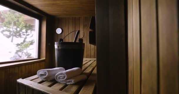 Umístění sauny dřevěné horské s velkým oknem, kde můžete relaxovat. Koncept: interiérový design, relaxace, sauna, lázně