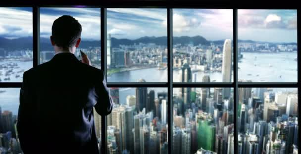 Üzleti férfi a tetején egy épület válaszolni a telefon típusától és üzenet telefon vagy okostelefon textil és írás egy fiatal üzletember. koncepciója a világ kapcsolatok, kapcsolatok