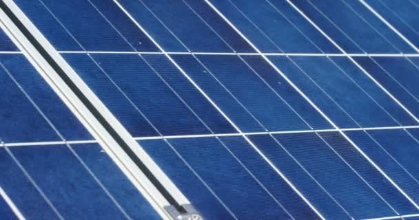 video z modré eco solárních panelů, střecha buňky sluneční soustavy stanice