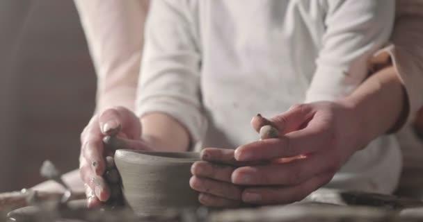 A mágikus pillanatot, amelyben egy anya szakértő létrehozása vázák lánya tanít, hogyan lehet egy váza, és átadja az ősi hagyomány megteremtésének művészeti alkotások, nemzedékről nemzedékre.