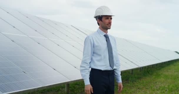 zpomalené video dvou kavkazské podnikatelů potřesení rukou na venkovní solární panely