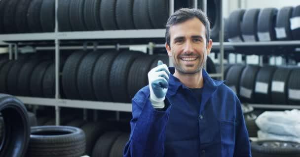 Speciální pneumatiky v autoservisu, kontroluje pneumatiky a gumy běhounu pro bezpečnost. Koncepce: opravy strojů, Diagnostika poruch, opravy specialista, technickou údržbu a palubní počítač.