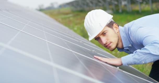 videó az ember ellenőrzése eco solar panelek, tető sejtek Szolár állomás