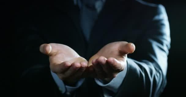 video ritagliato di uomo daffari gesturare con le mani, dando e mostrando