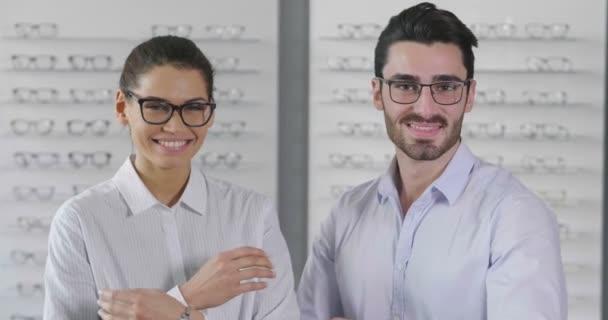 dva oční lékaře lékařů, Žena a muž v optické dílně, zpomalené video lidí s rukama palce