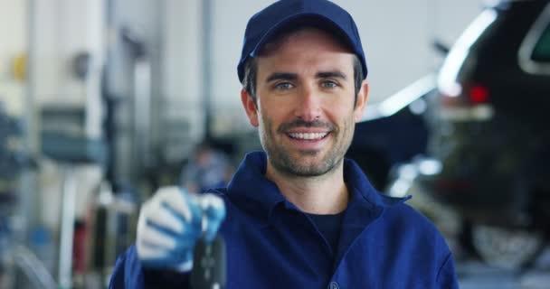 Portréja egy fiatal gyönyörű autó szerelő egy autót a műhelyben, a háttérben a szolgáltatás. Koncepció: gépek, diagnózis hiba javítás, javítás szakember, műszaki karbantartásával és a fedélzeti számítógép
