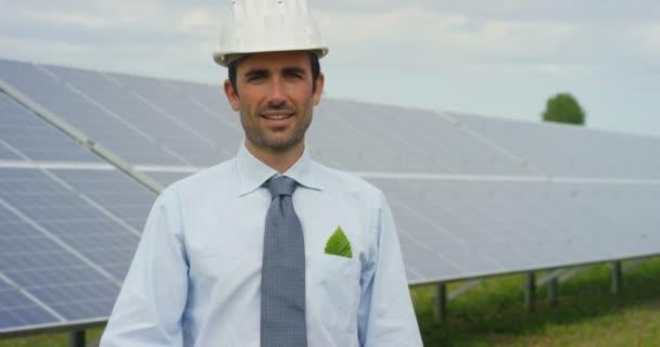 lassú mozgás video üzletember intett remek állva a környezetbarát napelemek, tető sejtek Szolár állomás