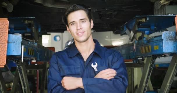 V auto opravy garáž mechanik po urovnání ukazuje auto klíče jako auto je připraveno ke spuštění. Koncept: bezpečnost, bezpečnost, pojištění, klíče budoucnosti, pomoc a péče o zákazníka.
