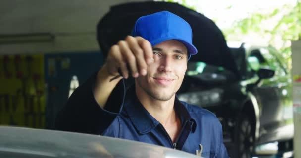 Portrét mladé krásné automechanik v auto workshop, v pozadí služby. Koncepce: opravy strojů, Diagnostika poruch, opravy specialista, technickou údržbu a palubní počítač