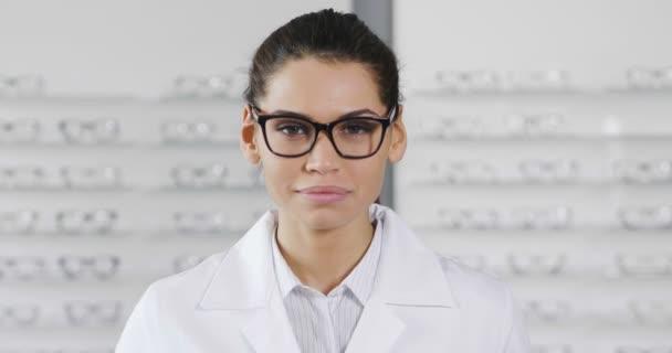 Zpomalený pohyb ženy uprostřed optické brýle a usmívá se