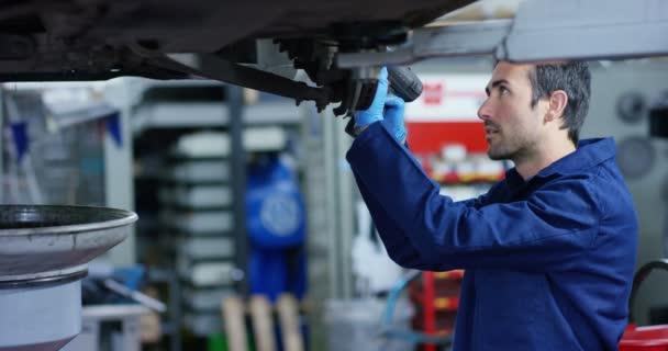 Specialista automechanik v autoservisu, opravy auto, je přenos a kola. Koncepce: opravy strojů, Diagnostika poruch, opravy, odborné, technické údržby, palubní počítač.