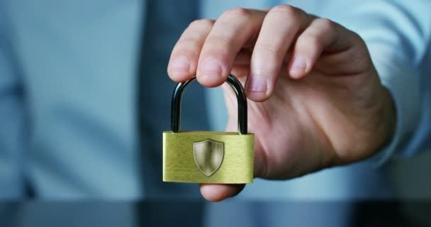 podnikatel ukazují visacího zámku v bezpečném znamení s futuristickou holografické o službách a safety.concept z: heslo, ochranu systémových souborů z technologických hackerů internet nebo bankovní systém