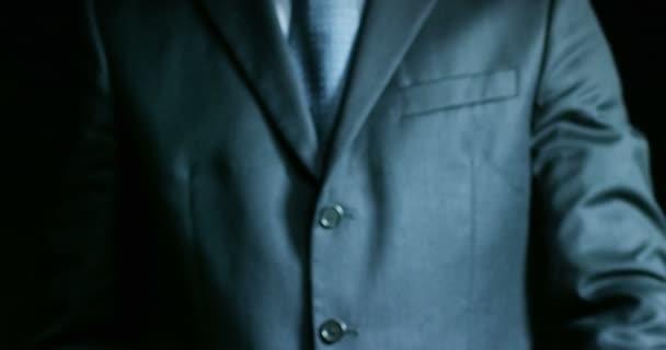 Muž oblečený v obleku a kravatě, ukazující klíč mechanik. Koncepce: pojištění motorových vozidel, mechanické, leasing