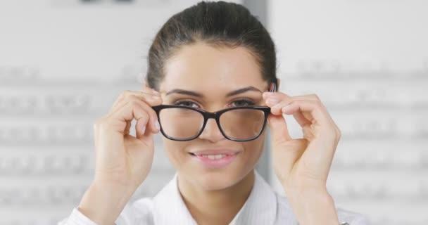 video z žena uprostřed optické brýle v optické dílně